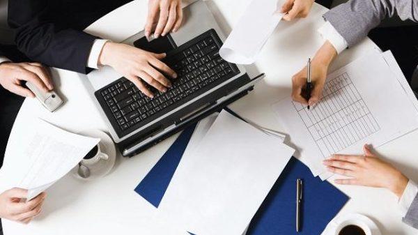 Люди работают с документами